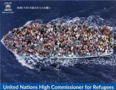 船で逃れる写真
